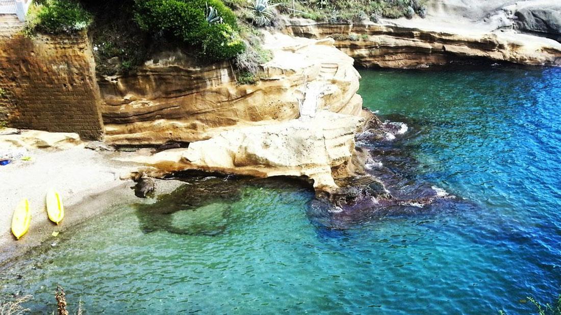 Bagni Rocce Verdi Napoli : Elioterapia bagni di sole a posillipo baia delle rocce verdi
